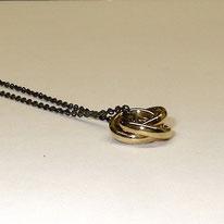 eleganter Taufring in Gelbgold 750 mit geschwärzter Silberkette