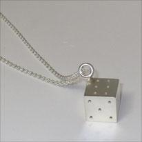 handgefertigter Würfel in Silber an langer Kette