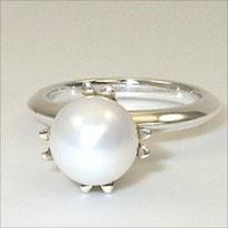Perlenring Silber, Süßwasserperlentropfen, in Doppelkrappenfassung.