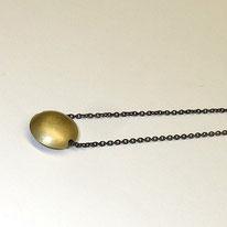 schlichte kleine Linse in Gelbgold 750 an geschwärzter Silberkette