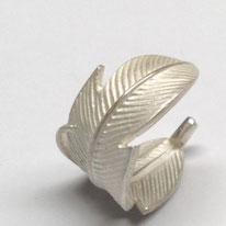 Ring Silber aus einer Feder gebogen