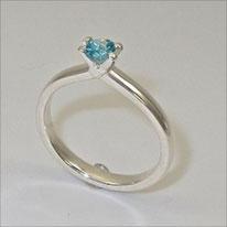 besoderes Modell eines Verlobungsringes in Silber mit blauem Turmalin, der Ring wird aus einem Stück gefertigt, auch die vier Krappen die den Stein halten