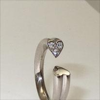 Weißgold 750, außergewöhnlicher Ring komplett im Herzprofil, oben geöffnet, eine Seite mit Brillanten ausgefasst