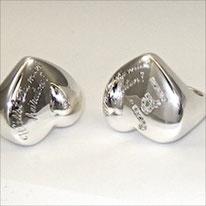 unsere ausgefallenen Verlobungsringe, auf einem Herzsiegelring ist DIE Frage eingraviert, sagt sie JA!, wird dies in Brillanten auf dem Ring festgehalten.