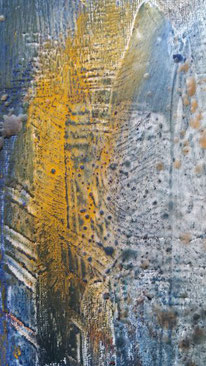schilderij 30 bij 30 cm van Joke Zonneveld. De basiskleur is donkerbruine acrylverf op een doek, met daarop linoafdrukken van goud en koperkleur. Daar bovenop zijn 5 haartjes in aflopende maar aangebracht in verlopende tinten rood op dun papier.