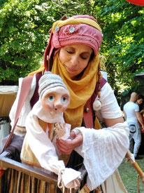 Animation de rue: Deambulation d'un personnage  en echasses et de sa marionnette Kayu qui propose enigmes et devinettes-fete medievale