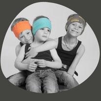 Kopfbedeckung aus der Schweiz neu erfunden mit den trendeigen Stirnbändern und Zipfelmützen. Farbig, bunt und frech durch den Winter. Praktisch und bereit genug für warme Ohren.