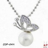 Collier à pendentif papillon argenté et strass sur sa perle nacrée