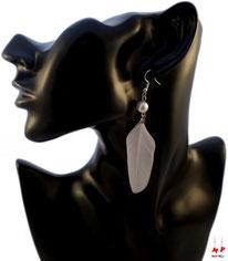 Boucles d'oreilles plumes blanches et perles nacrées