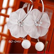 Boucles d'oreilles anneaux argentés et fleurs blanches