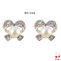 Boucles d'oreilles rubans argentés à strass et perles nacrées