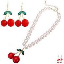 Parure boucles d'oreilles pendantes et collier de perles nacrées cerises