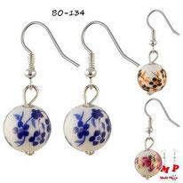 Boucles d'oreilles pendantes fleurs bleues sur boules blanches