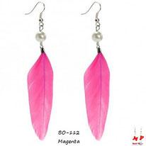 Boucles d'oreilles plumes magenta et perles nacrées
