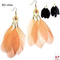 Boucles d'oreilles pendantes plumes saumons ou noires et crochets dorés