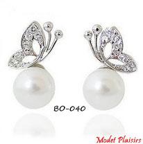 Boucles d'oreilles perles nacrées et papillons argentés