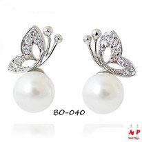 Boucles d'oreilles papillons argentés sur perles nacrées