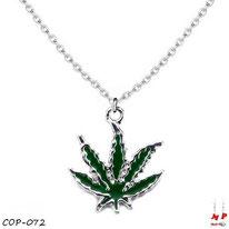 Collier à pendentif feuille de cannabis verte foncée et sa chaine argentée