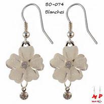 Boucles d'oreilles pendantes fleurs blanches et strass