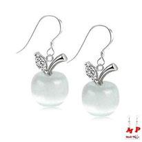 Boucles d'oreilles pendantes pommes opale blanches