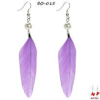 Boucles d'oreilles plumes pendantes violettes et perles nacrées