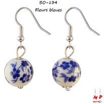 Boucles d'oreilles boules rondes blanches pendantes et motif fleurs bleues