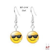 Boucles d'oreilles pendantes emoji cool à lunettes de soleil noires