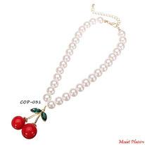 Collier de perles nacrées et son pendentif cerise rouge