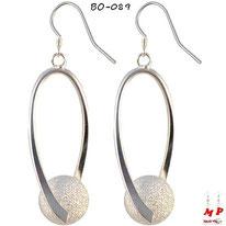 Boucles d'oreilles pendantes argentées torsadées et boules argentées