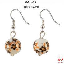 Boucles d'oreilles boules blanches pendantes motif fleurs noires et oranges