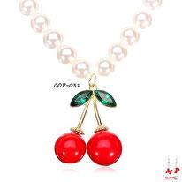 Pendentif cerise rouge et verte avec son collier de perles nacrées