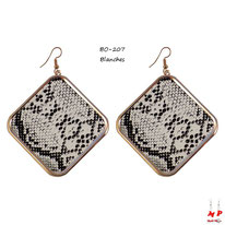 Boucles d'oreilles pendantes carrées dorées motif peau de serpent blanche et noire