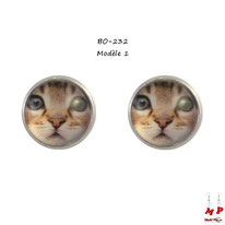 Boucles d'oreilles à puces rondes motif tête de chat brun sous dôme en verre