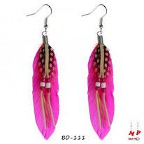 Boucles d'oreilles pendantes plumes style cheyenne couleur fushia avec perles