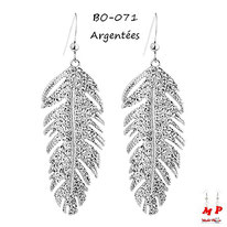 Boucles d'oreilles pendantes plumes argentées en métal serties de strass