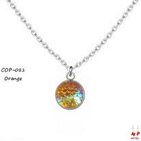 Collier à pendentif rond argenté à écailles oranges et reflets colorés