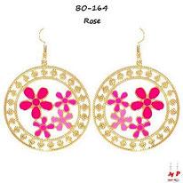 Boucles d'oreilles pendantes créoles dorées et fleurs fuchsia