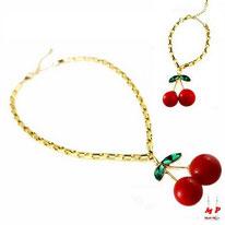 Parure bracelet et collier en chaine dorée et pendentif cerise