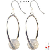 Boucles d'oreilles pendantes torsadées et boules argentées