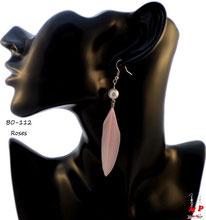 Boucles d'oreilles plumes roses et perles nacrées