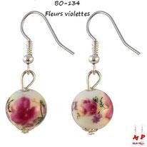 Boucles d'oreilles pendantes fleurs violettes sur boules blanches