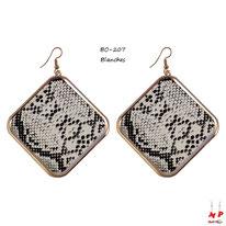 Boucles d'oreilles pendantes motif serpent dorées, noires et blanches