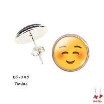 Boucles d'oreilles puces rondes smiley, emoji, émoticône timide sous dôme en verre