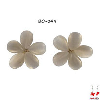 Boucles d'oreilles fleurs blanches