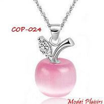 Collier à pendentif pomme rose opale et sa chaine argentée