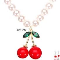 Collier de perles nacrées et son pendentif cerise rouge, dorée et verte
