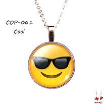 Collier à pendentif rond emoji cool sous dôme en verre et sa chaine à maillons argentés