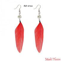 Boucles d'oreilles plumes rouges pendantes et perles nacrées