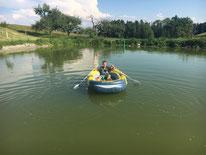 Schlauchboot fahren im Weiher
