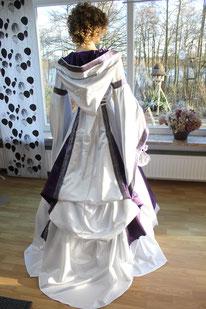 Mittelater Brautkleid mit Schleppe,Mittelalter-Fashion, Mittelalter-Design,